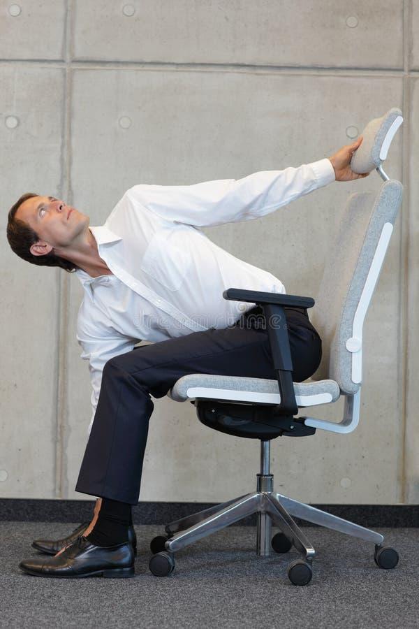 Yoga auf Stuhl im Büro - Geschäftsmanntrainieren lizenzfreie stockfotografie