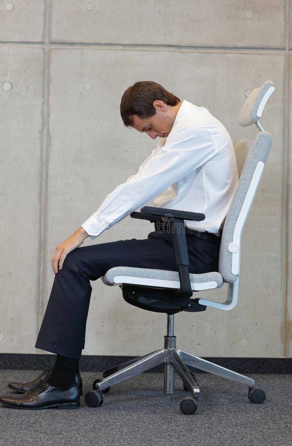 Yoga auf Stuhl im Büro - Geschäftsmanntrainieren lizenzfreies stockbild