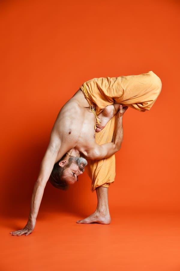 Yoga avancé de pratique d'homme Une série de poses de yoga images stock
