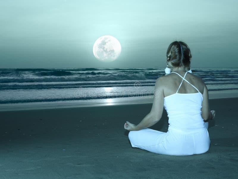Yoga bajo la luna foto de archivo libre de regalías