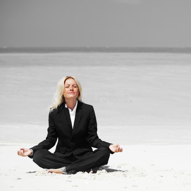 Yoga bedrijfsvrouw stock fotografie