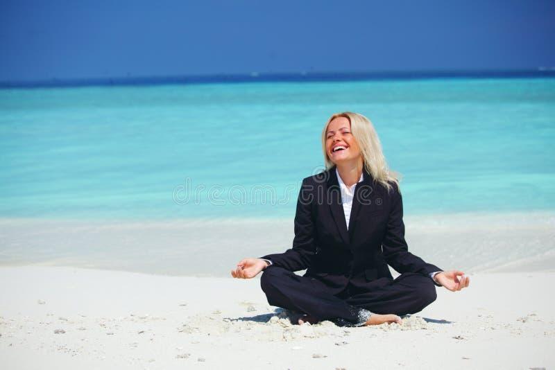 Yoga bedrijfsvrouw stock foto