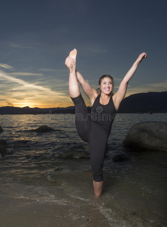 Yoga bei Sonnenuntergang 2 stockfotografie