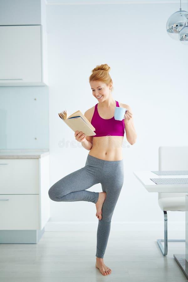 Yoga in beweging royalty-vrije stock afbeeldingen