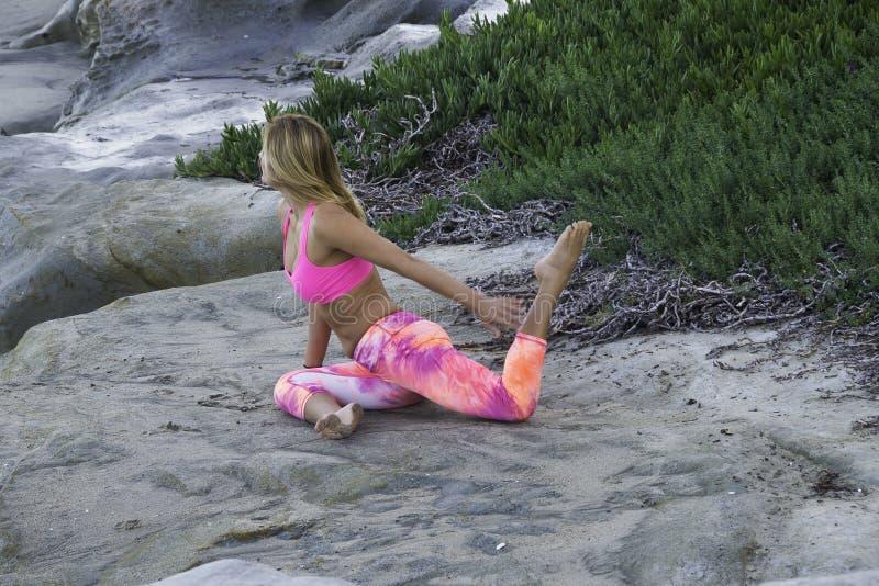Yoga bij het strand royalty-vrije stock fotografie