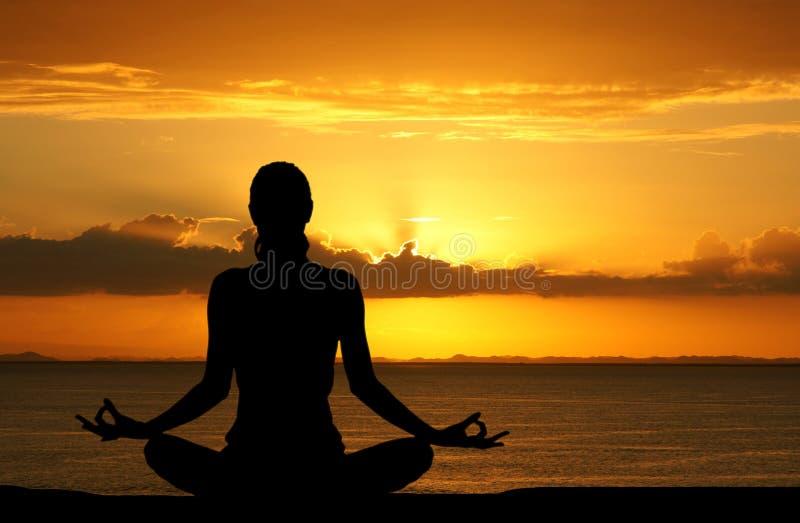 Yoga bij Strand stock fotografie