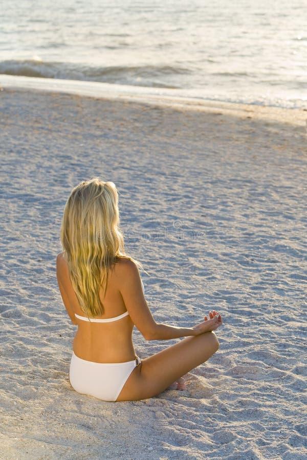 Yoga bij Zonsondergang royalty-vrije stock afbeeldingen