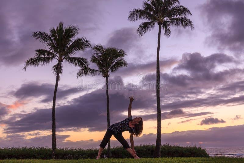 Yoga bij Zonsondergang op de Kust van Maui royalty-vrije stock foto's