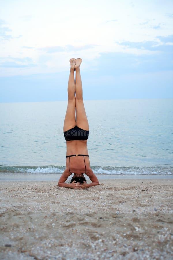 Yoga cerca del mar imágenes de archivo libres de regalías