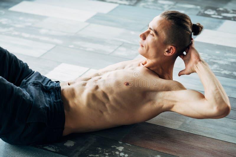 Yoga che prepara il forte ABS adatto tonificato del corpo dell'uomo del muscolo immagine stock