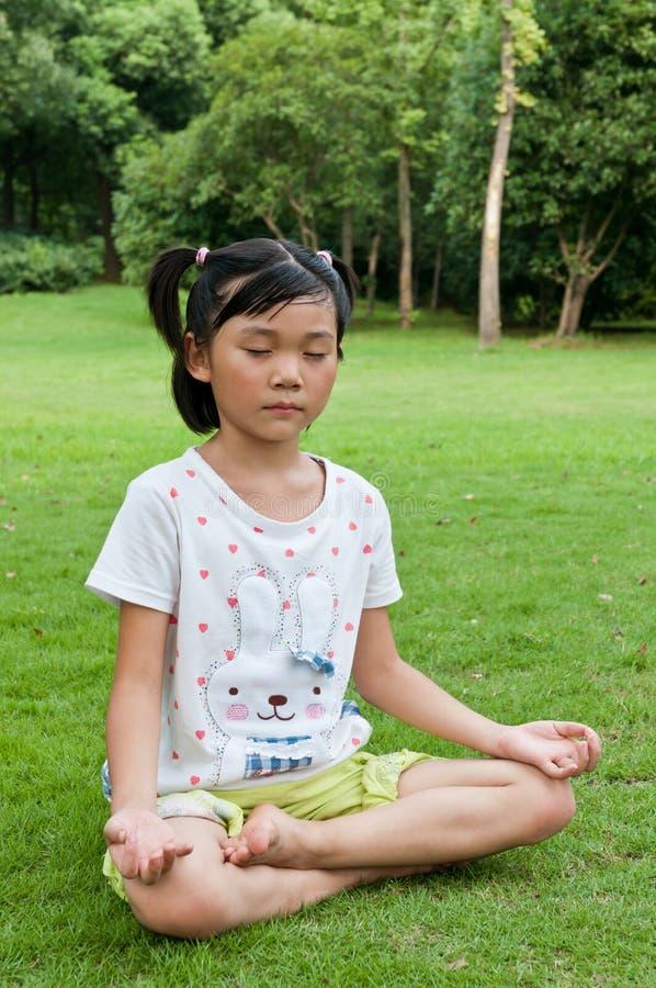 Yoga chinois de pratique en matière de fille image stock