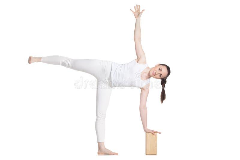 Yoga con los apoyos, actitud Ardha Chandrasana foto de archivo libre de regalías