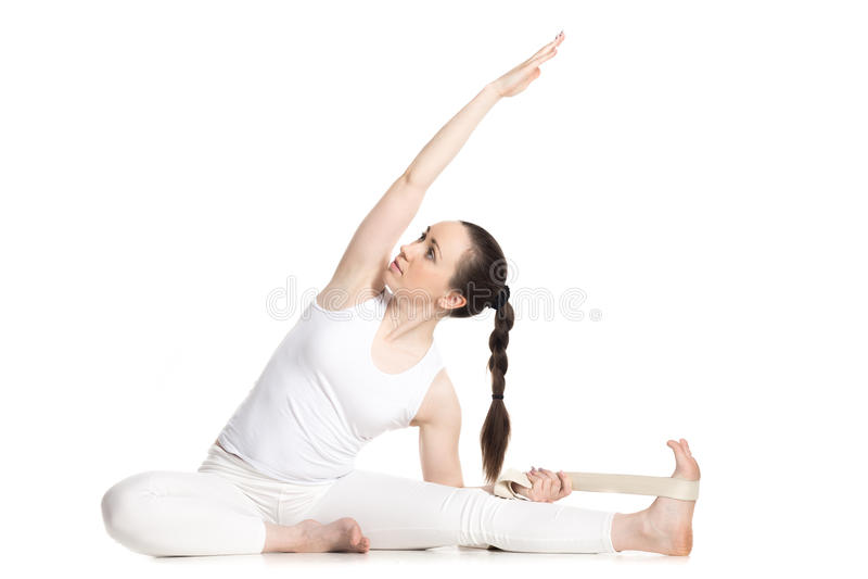 Yoga con los apoyos, cabeza girada a la actitud de la rodilla imágenes de archivo libres de regalías