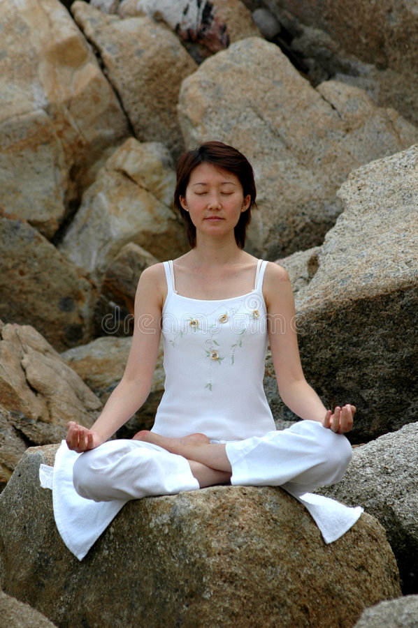 Yoga d'Ananda sur la roche images libres de droits