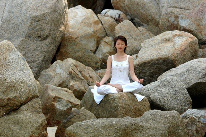 Yoga d'Ananda sur la roche photo stock
