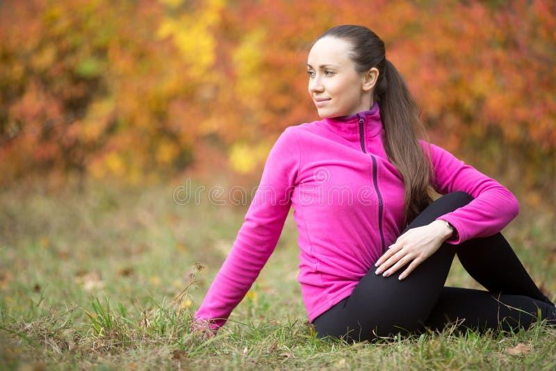 Yoga d'automne : Pose d'Ardha Matsyendrasana image libre de droits