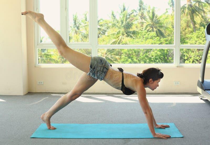 Yoga d'exercice de femme image libre de droits