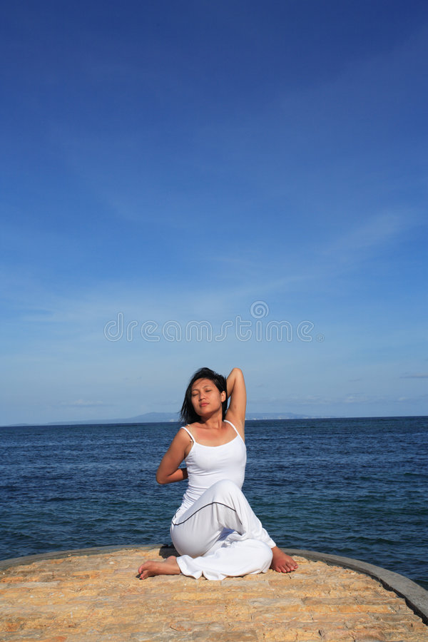 Yoga da Sea fotografie stock