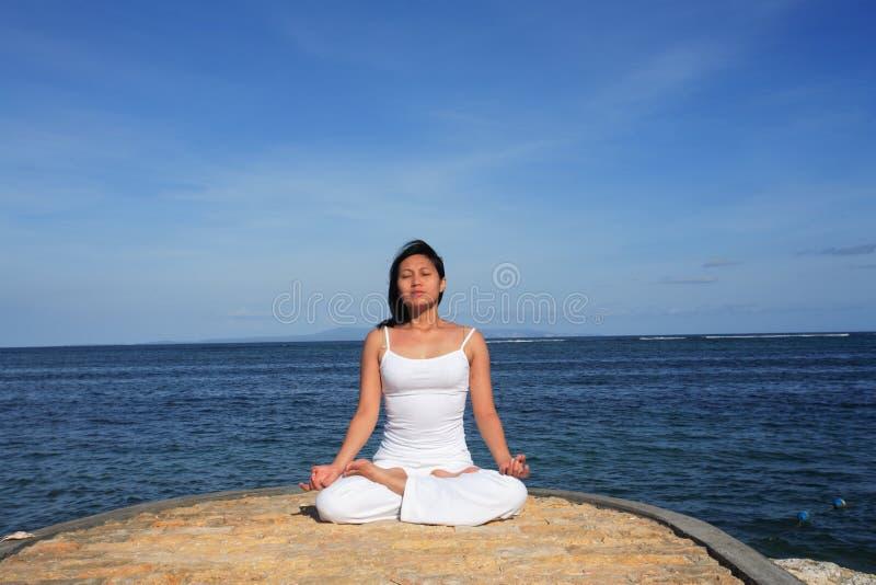 Yoga da Sea immagini stock