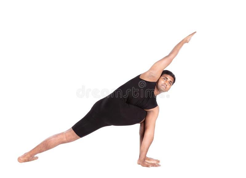 Yoga dall'uomo indiano su bianco immagine stock