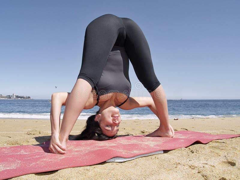 Yoga dandayamana bibhaktapada pashimottanasana lizenzfreie stockfotografie