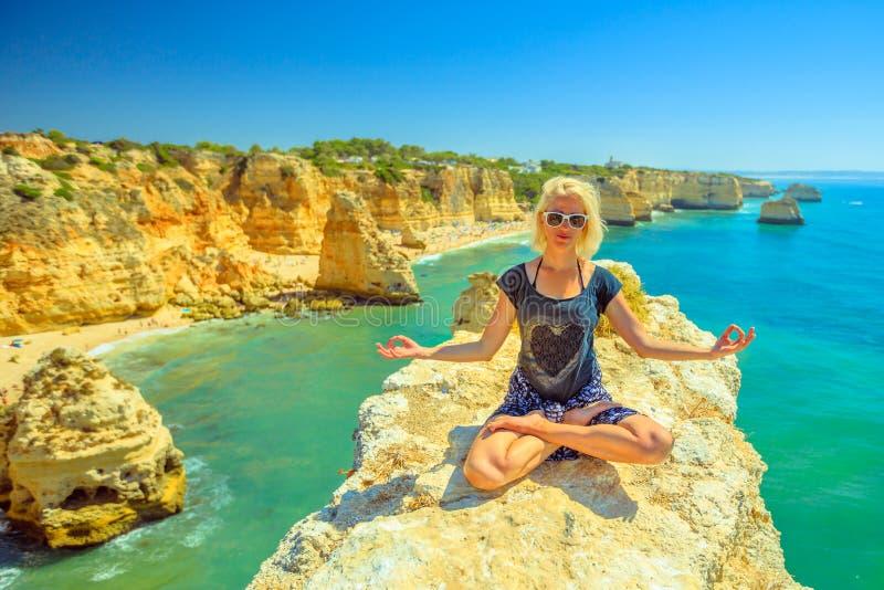 Yoga dans la côte d'Algarve photos libres de droits
