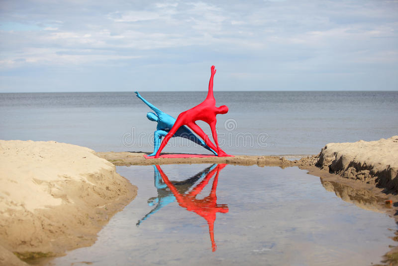 Yoga dans le kaléidoscope à la plage photos libres de droits