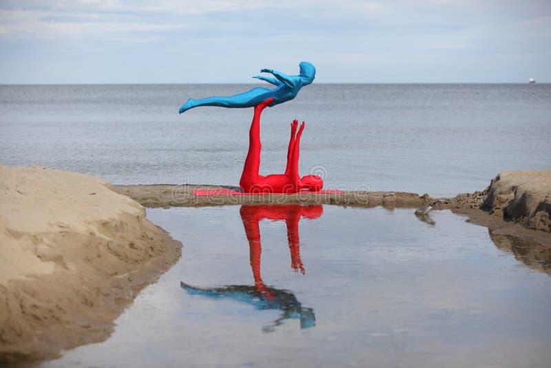 Yoga dans le kaléidoscope à la plage images libres de droits
