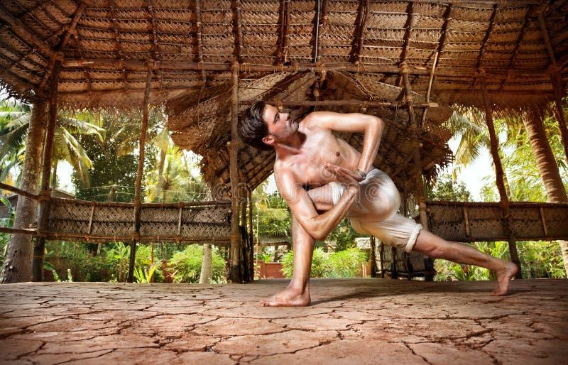 Yoga dans le shala indien images libres de droits