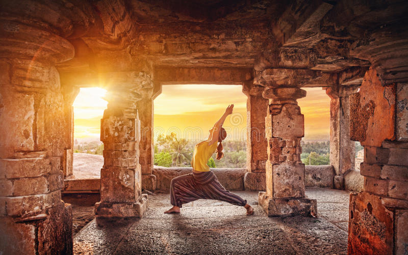 Yoga dans le temple de Hampi photo stock