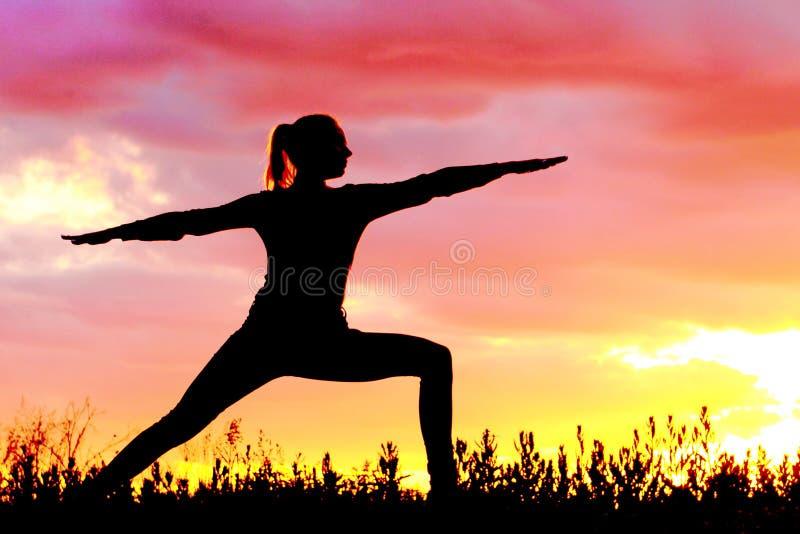 Yoga, das emotionale Konzeptkunst übt stockfotos