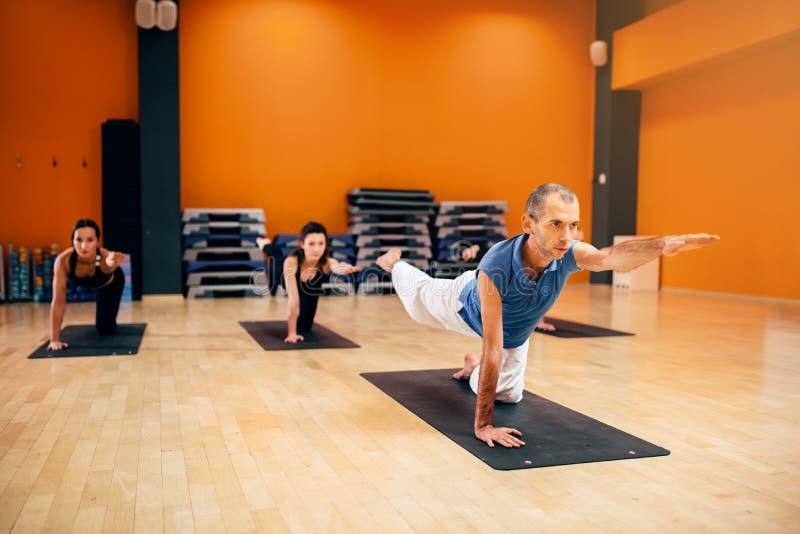 Yoga, das Training, Gruppe mit Lehrer ausdehnt lizenzfreies stockfoto