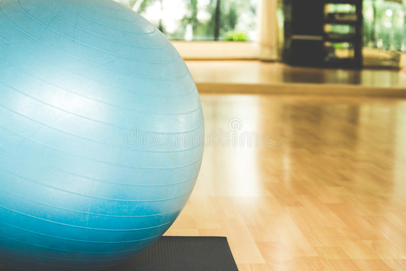 Yoga de boule et de carte de yoga dans la chambre de forme physique photographie stock libre de droits