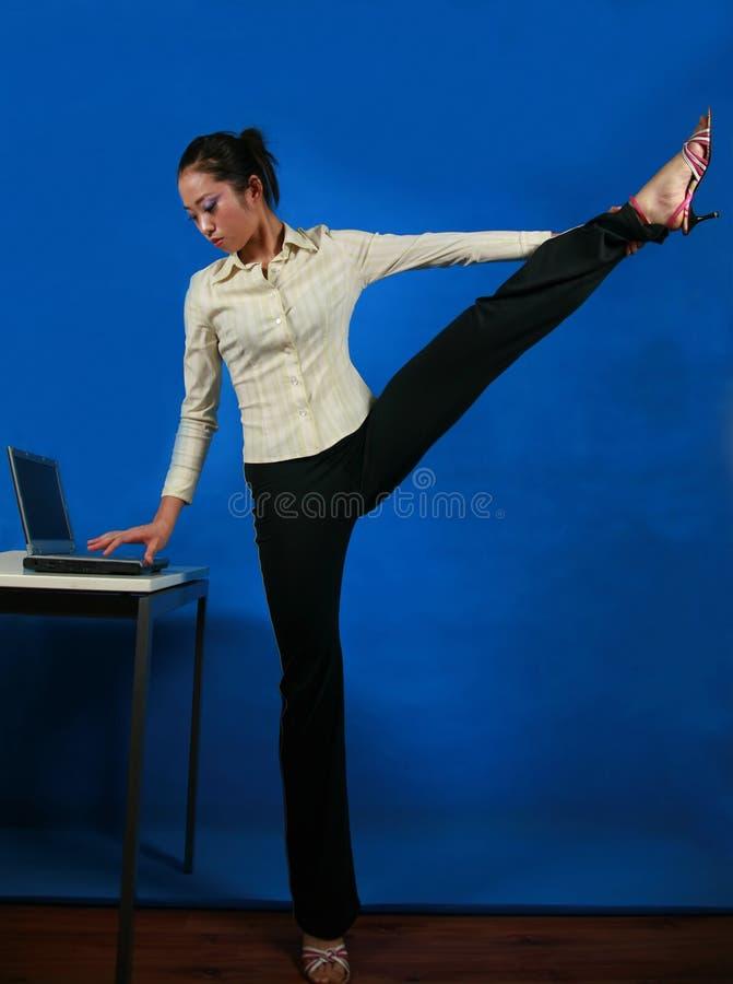 Yoga de bureau photos libres de droits