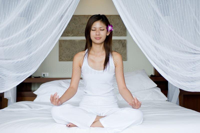 Yoga de chambre à coucher photos stock