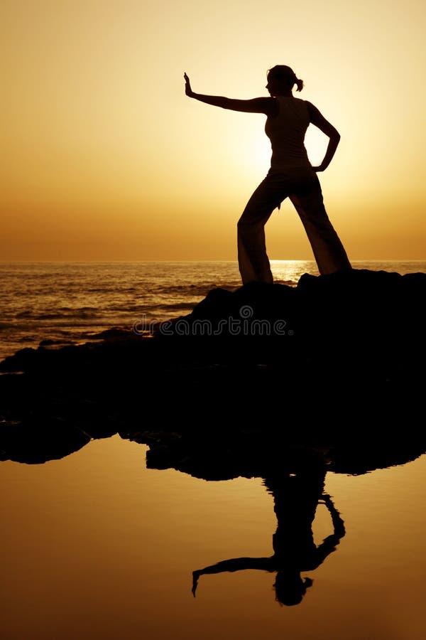 Yoga de coucher du soleil avec la réflexion image libre de droits