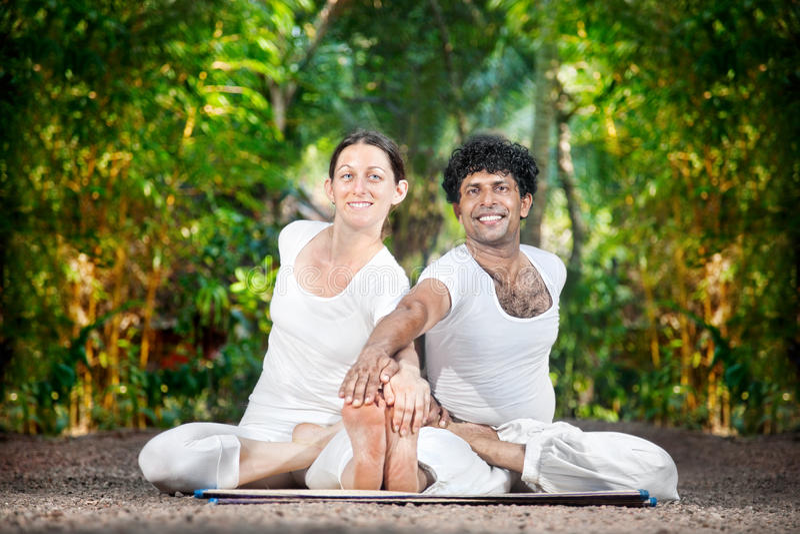 Yoga de couples en Inde photographie stock