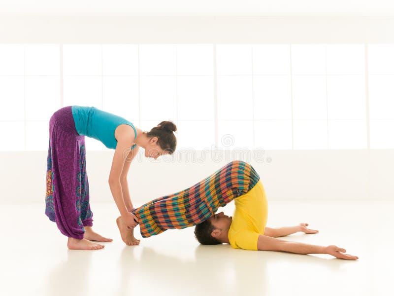Yoga de enseñanza del instructor fotografía de archivo