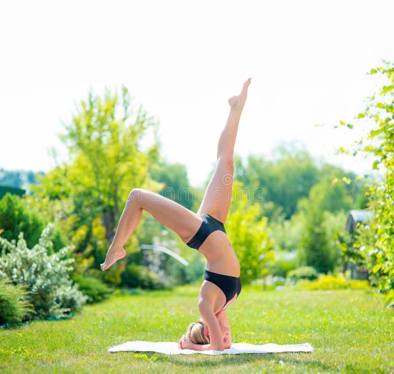 Yoga de femme Détendez en nature, exercices de fille de yoga de forme physique extérieurs images libres de droits