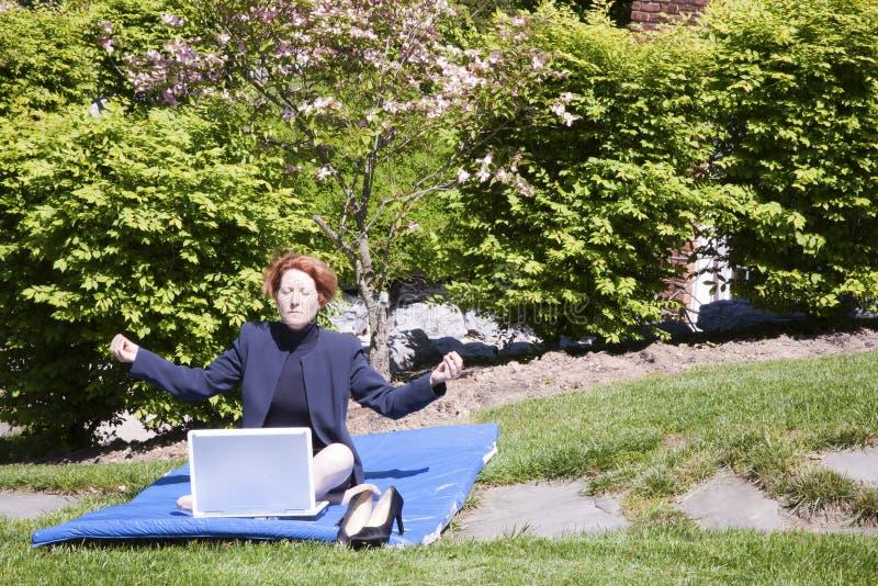 Yoga de femme d'affaires photos libres de droits