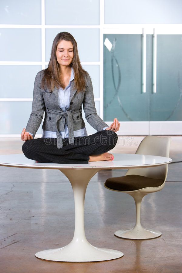 Yoga de femme d'affaires image libre de droits