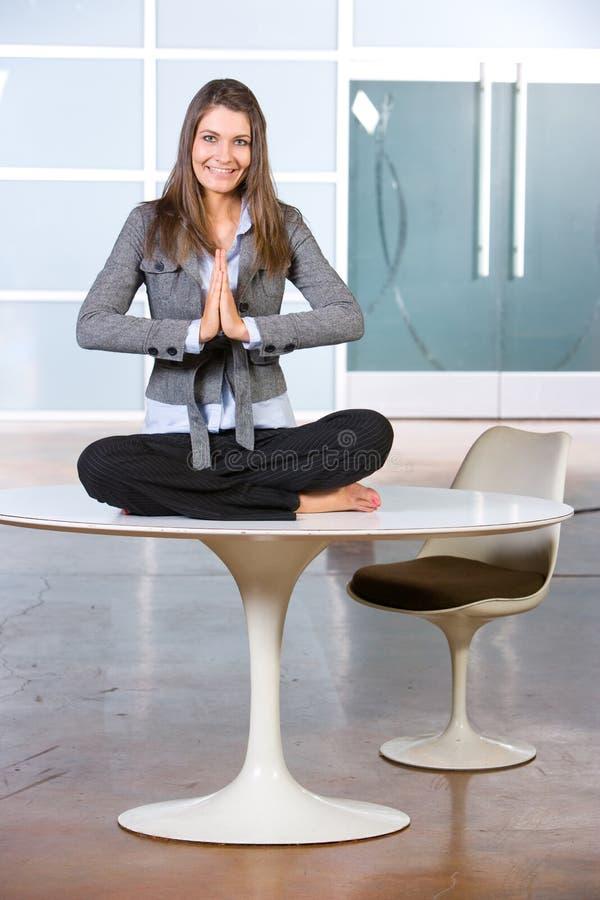 Yoga de femme d'affaires photographie stock libre de droits