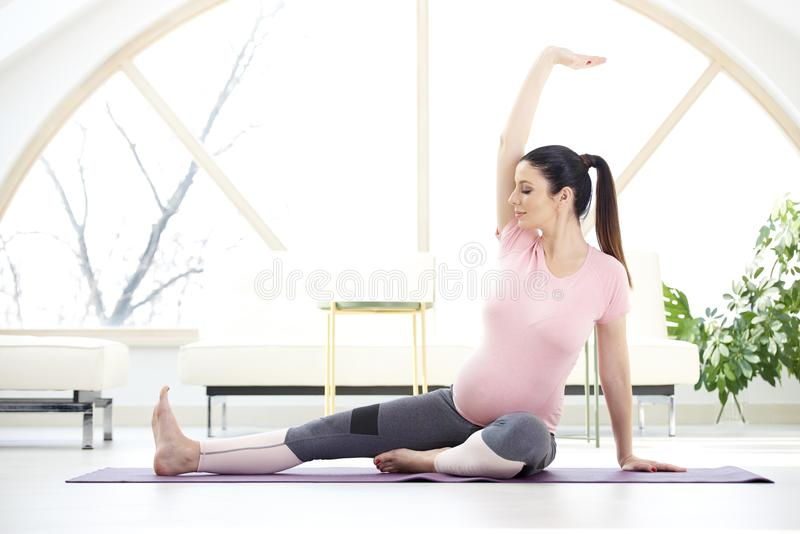 Yoga de femme enceinte images stock