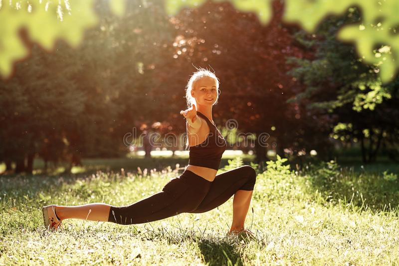 yoga Yoga de jeune femme ou danse ou ?tirage de pratique en nature au parc Concept de mode de vie de sant? photographie stock