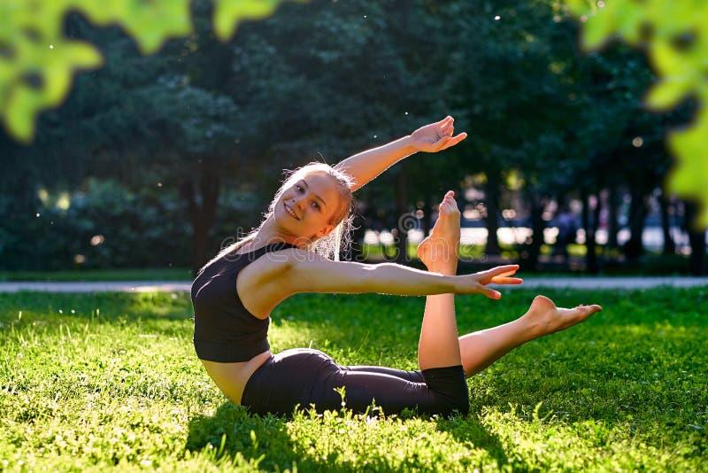 yoga Yoga de jeune femme ou danse ou ?tirage de pratique en nature au parc Concept de mode de vie de sant? photo stock