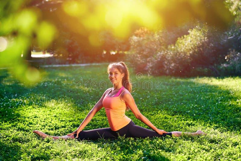 yoga Yoga de jeune femme ou danse ou ?tirage de pratique en nature au parc Concept de mode de vie de sant? images libres de droits