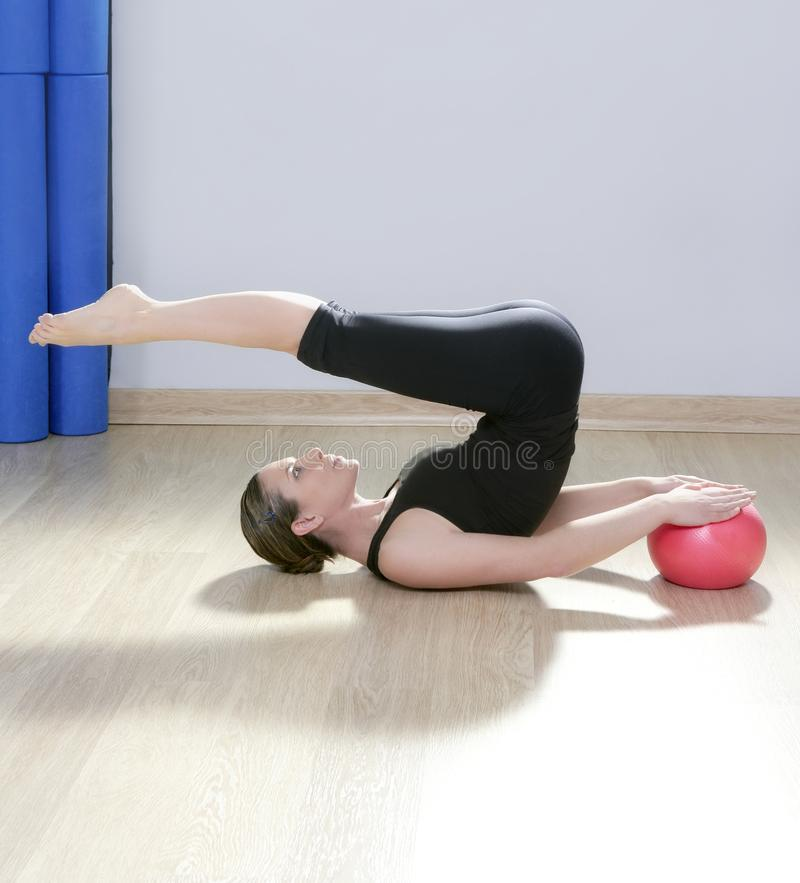 Yoga de la aptitud de la gimnasia de la bola de la estabilidad de la mujer de Pilates foto de archivo