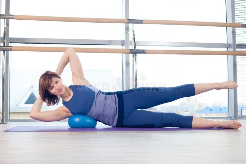 Yoga de la aptitud de la gimnasia de la bola de la estabilidad de la mujer de Pilates imagenes de archivo