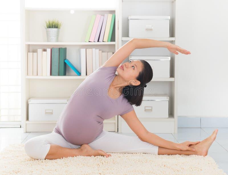 Yoga de la meditación de la mujer en casa imagen de archivo