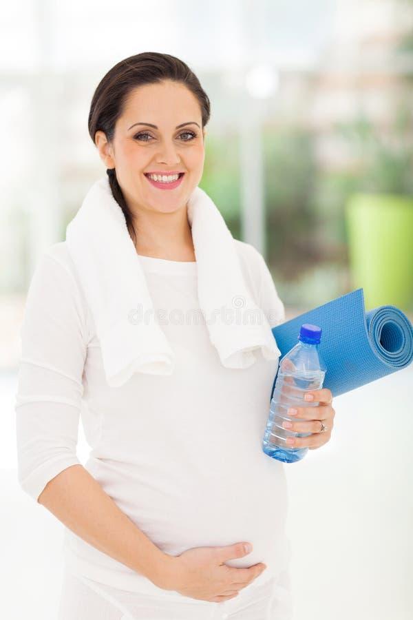 Yoga de la mujer embarazada imagenes de archivo